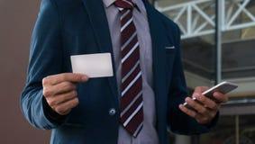 Zakenman die leeg adreskaartje toont Stock Foto
