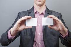 Zakenman die lege kaart houdt Stock Foto's