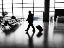 Zakenman die in luchthaven loopt stock afbeeldingen
