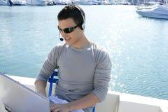 Zakenman die met computer aan een boot werkt royalty-vrije stock fotografie