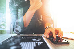 Zakenman die met digitale tabletcomputer en slimme telefoon werken Royalty-vrije Stock Afbeelding