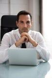 Zakenman die met een laptop computer werken Stock Foto