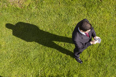 Zakenman die met een palmtop werkt Royalty-vrije Stock Fotografie