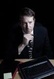 Zakenman die met ernstige blik gegevens controleren laat bij nacht Royalty-vrije Stock Fotografie