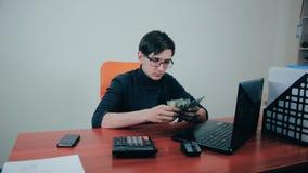 Zakenman die met financials, begroting werken, gebruikend calculator, die geld tellen stock video