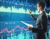 Zakenman die met het digitale financiële scherm werken Stock Afbeeldingen