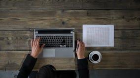 Zakenman die met laptop en grafiek werken stock video