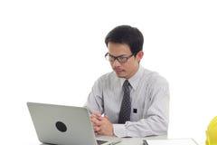 Zakenman die met laptop werken Royalty-vrije Stock Afbeeldingen
