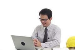 Zakenman die met laptop werken Royalty-vrije Stock Foto