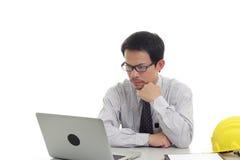 Zakenman die met laptop werken Stock Foto's