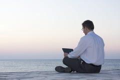Zakenman die met laptop werkt Royalty-vrije Stock Foto
