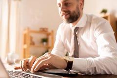 Zakenman die met online rapport thuis werken stock afbeelding