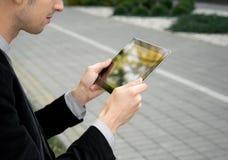 Zakenman die met PC van de Tablet werkt Stock Afbeeldingen