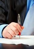 Zakenman die met pen contract ondertekent royalty-vrije stock foto's