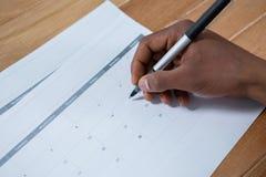 Zakenman die met pen op kalender merken Royalty-vrije Stock Afbeelding