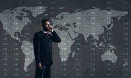 Zakenman die met smartphone zich over diagram bevinden Bac van de wereldkaart Royalty-vrije Stock Foto
