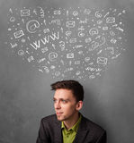 Zakenman die met sociale netwerkpictogrammen denken boven zijn hoofd Stock Fotografie