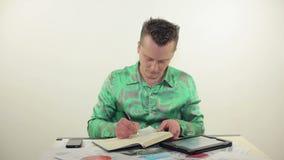 Zakenman die met tablet en documenten werken stock video