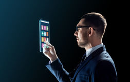 Zakenman die met transparante tabletpc werken Stock Foto's