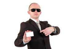 Zakenman die met zonnebril op een kaart richt Royalty-vrije Stock Afbeeldingen