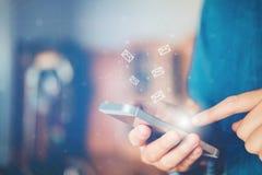 Zakenman die mobiele online connectio van het pictogram sociale voorzien van een netwerk gebruiken Stock Foto