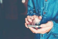Zakenman die mobiele online connectio van het pictogram sociale voorzien van een netwerk gebruiken Royalty-vrije Stock Fotografie