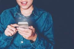 Zakenman die mobiele online connectio van het pictogram sociale voorzien van een netwerk gebruiken Royalty-vrije Stock Afbeeldingen