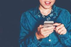 Zakenman die mobiele online connectio van het pictogram sociale voorzien van een netwerk gebruiken Stock Foto's