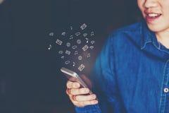 Zakenman die mobiele online connectio van het pictogram sociale voorzien van een netwerk gebruiken Royalty-vrije Stock Foto