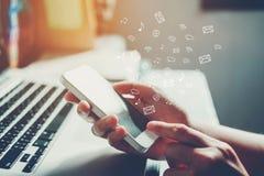 Zakenman die mobiele online connectio van het pictogram sociale voorzien van een netwerk gebruiken Royalty-vrije Stock Afbeelding