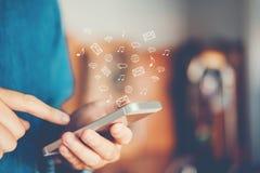 Zakenman die mobiele online connectio van het pictogram sociale voorzien van een netwerk gebruiken Stock Afbeelding