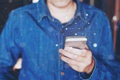 Zakenman die mobiele online connectio van het pictogram sociale voorzien van een netwerk gebruiken Stock Afbeeldingen