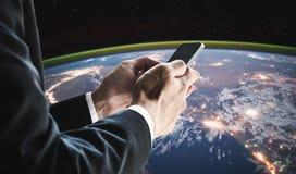 Zakenman die mobiele slimme telefoon met globale netwerkverbinding met behulp van De elementen van dit beeld worden geleverd door stock fotografie