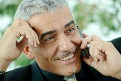 Zakenman die mobiele telefoon uitnodigt Royalty-vrije Stock Afbeelding