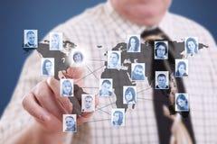 Zakenman die moderne sociale knopen drukt Stock Foto