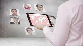 Zakenman die naar nieuwe werknemers zoeken stock footage