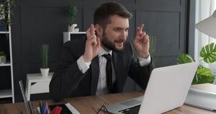 Zakenman die negatief nieuws op laptop ontvangen stock footage
