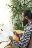 Zakenman die nieuw businessplan ontwerpen stock foto's