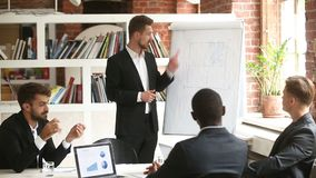Zakenman die nieuw projectplan voorleggen aan diverse partners met flipchart stock video