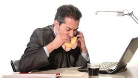 Zakenman die ongezond voedsel eten stock videobeelden