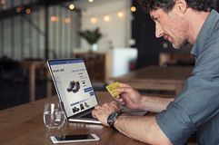 Zakenman die online betaling verrichten stock afbeelding