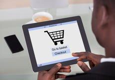 Zakenman die online winkelen Stock Foto's