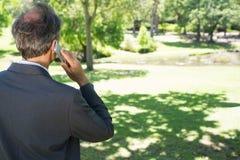 Zakenman die op cellphone spreken Royalty-vrije Stock Foto