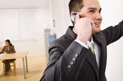 Zakenman die op celtelefoon spreekt Royalty-vrije Stock Foto's