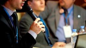 Zakenman die op conferentie spreken stock footage