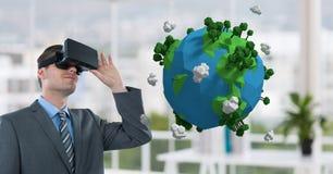 Zakenman die op 3D aarde met virtuele glazen letten Stock Afbeeldingen