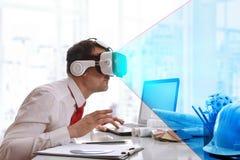 Zakenman die op 3d inhoud met virtuele werkelijkheidsglazen int. letten Royalty-vrije Stock Foto