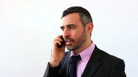 Zakenman die op de telefoon spreken stock footage