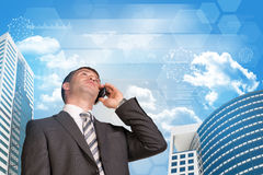 Zakenman die op de telefoon spreken Wolkenkrabbers en Royalty-vrije Stock Afbeelding