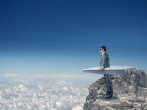 Zakenman die op document vliegtuig vliegen Stock Fotografie